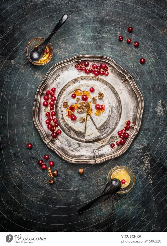 Camembert Käse mit Beeren und Honig Lebensmittel Dessert Süßwaren Marmelade Ernährung Frühstück Abendessen Büffet Brunch Teller Schalen & Schüsseln Löffel