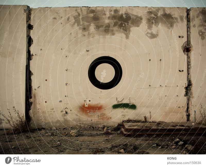 a perfect circle Kreis rund alt Reifen Schweben kreisrund fliegen Verfall Mauer Putz graphisch KFZ Unfall hoch verfallen obskur Vergänglichkeit Luftverkehr