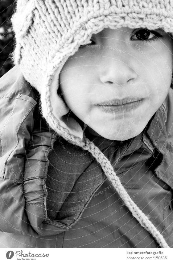 'schau mal...' Junge Mütze Mund Winter kalt unsicher Trauer Kind Gesicht Auge Schwarzweißfoto Traurigkeit Angst