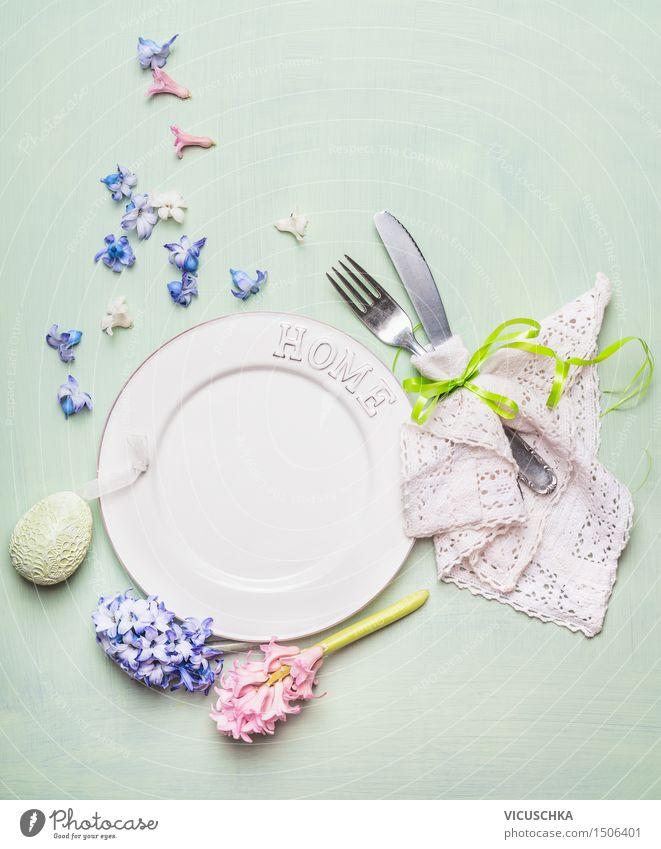 Ostern Festessen. Tischgedeck mit Dekoration Mittagessen Geschirr Teller Besteck Messer Gabel elegant Stil Design Wohnung Haus Dekoration & Verzierung