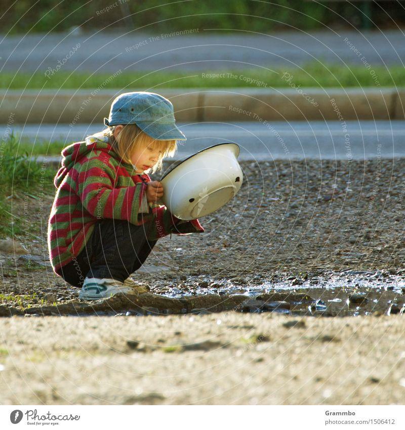 Ich seh' da was ... maskulin Kind Junge 1 Mensch Erde Wasser Sommer hocken Farbfoto Außenaufnahme Textfreiraum rechts Tag Porträt Halbprofil