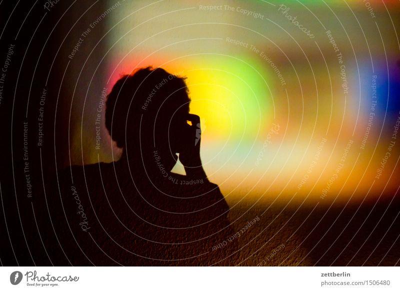 Testbild Beamer mehrfarbig Farbe Farbstoff Farbraum kalibrierung Kino Projektor Versuch Wand Bild Schatten Silhouette Mensch Kopf dunkel Licht