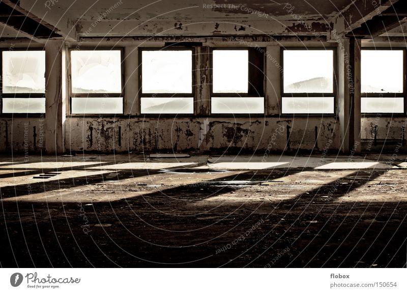 Farblos Fabrik Einsamkeit alt Fenster Fabrikhalle Licht dreckig schäbig schädlich Justizvollzugsanstalt gefangen Sträfling Freiheit Beton verfallen Industrie