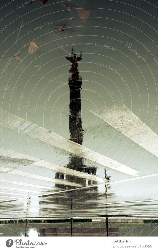 Siegessäule Herbst Straße Berlin Regen Schilder & Markierungen Denkmal Wahrzeichen Pfütze Hauptstadt Drehung Fahrbahn Skulptur Goldelse