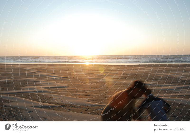 an evening at the beach Strand Mensch Sonne Sonnenaufgang malerisch Licht Schatten Himmel Reflexion & Spiegelung Sand Freundschaft Bewegung Meer Erde Sommer