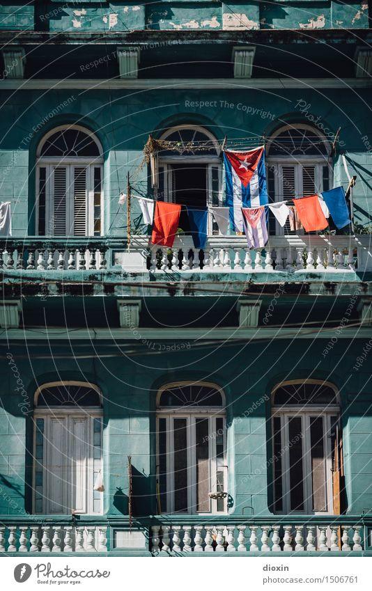 cuban colours [5] Ferien & Urlaub & Reisen Stadt Haus Gebäude Tourismus Fassade Fahne Hauptstadt Balkon Fernweh Altstadt Stadtzentrum Städtereise Wäsche waschen