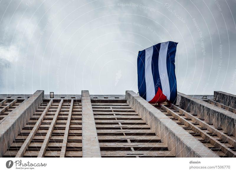 Aufwind Himmel Stadt Wolken Haus Architektur Gebäude Hochhaus Wind Bauwerk Fahne Hauptstadt Stadtzentrum Städtereise Kuba Hafenstadt Karibik