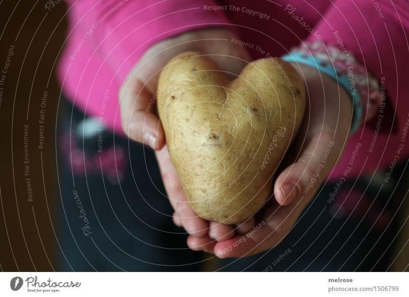 Kartoffelherz_Fundus Lebensmittel Kartoffeln Stil Design Valentinstag Mädchen Arme Hand Finger 1 Mensch 3-8 Jahre Kind Kindheit Herz herzförmig Kinderhand