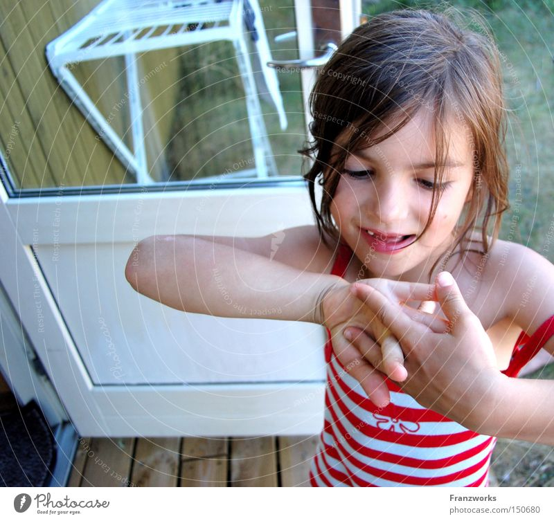 Fingersalat. Kind Mädchen Sommer Freude Ferien & Urlaub & Reisen Spielen lachen süß niedlich frech Stolz Zahnlücke Fingerspiel