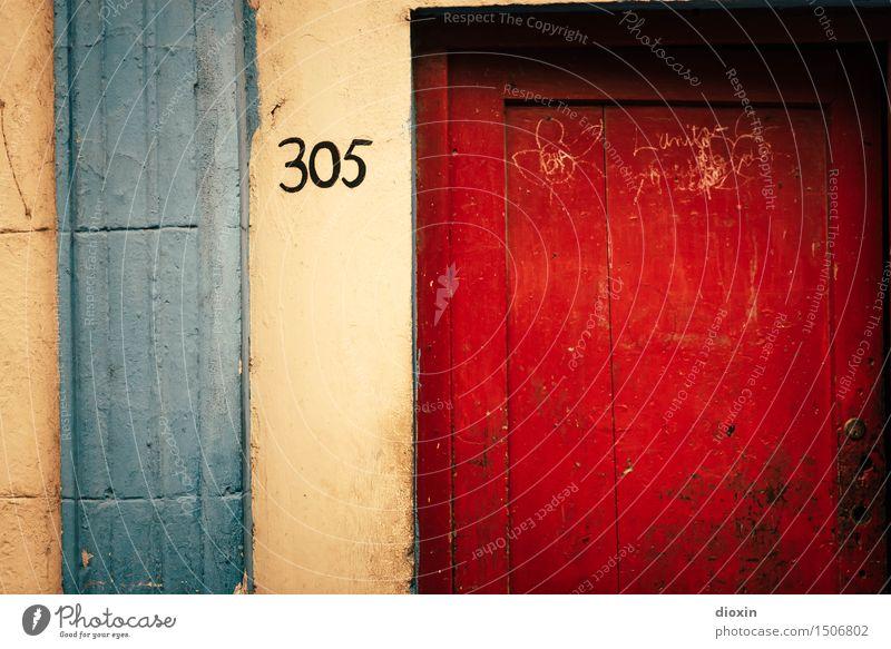 305 Ferien & Urlaub & Reisen alt blau Stadt Farbe rot gelb Wand Mauer Fassade Tür ästhetisch Hauptstadt Städtereise Altstadt Stadtzentrum