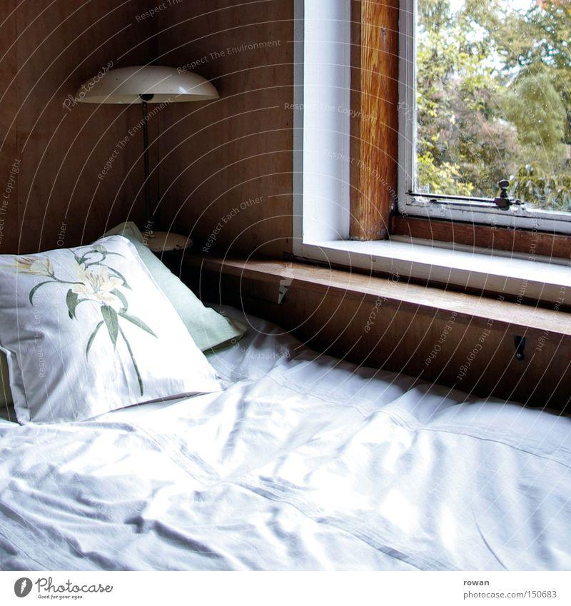 guten morgen ruhig Lampe Fenster schlafen Bett Kissen Schlafzimmer aufwachen ruhen Nachtruhe Schlafplatz Gute Nacht Kopfkissen