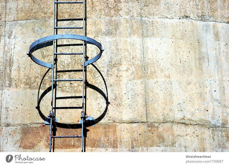wo geht's denn da hin? Treppe Leiter aufsteigen gefährlich Unsinn Neugier Einsamkeit grau Beton Stahl Industrie verfallen bedrohlich Reihe Kreis Schornstein