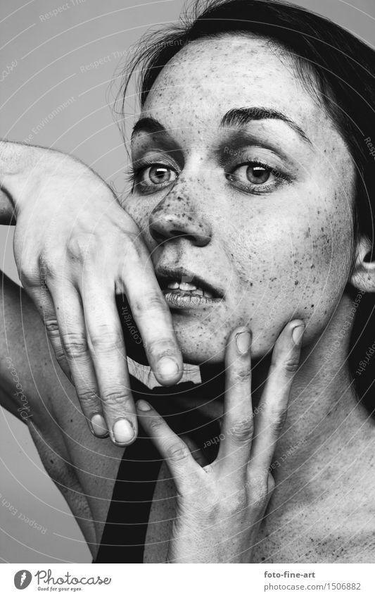 """Portrait """"Gesichtspunkte"""" Porträt Hautfalten Sommersprossen dramatisch Hand Auge Nase Identität Adjektive Leberfleck Dramatik Traurigkeit Finger Schwarzweißfoto"""