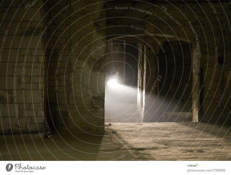 Es geht los. Licht Scheinwerfer Autoscheinwerfer Untergrund KFZ Bewegung Tunnel Keller unheimlich Schrecken Geister u. Gespenster entdecken gefährlich Einbruch
