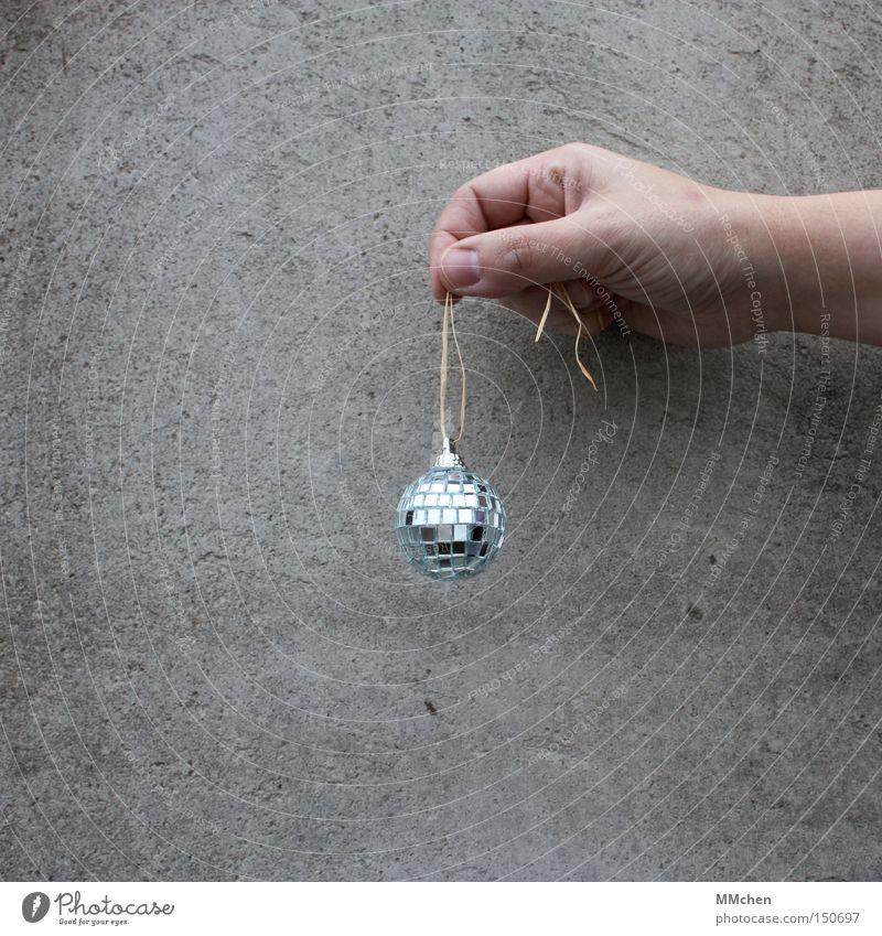 MiniPlaybackShow Beton Hand Kugel Discokugel Christbaumkugel Schmuck Dekoration & Verzierung Vor hellem Hintergrund Freisteller Textfreiraum unten