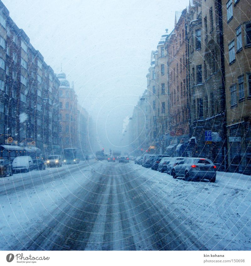 spuren blau Stadt Winter Haus Straße kalt Schnee grau Schneefall PKW Eis Straßenverkehr Nebel Verkehr Fassade fahren