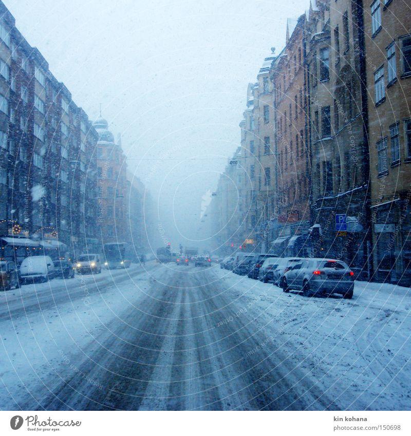spuren Winter Schnee schlechtes Wetter Nebel Eis Frost Schneefall Stadt Hauptstadt Stadtzentrum Haus Fassade Verkehr Verkehrswege Personenverkehr Straßenverkehr