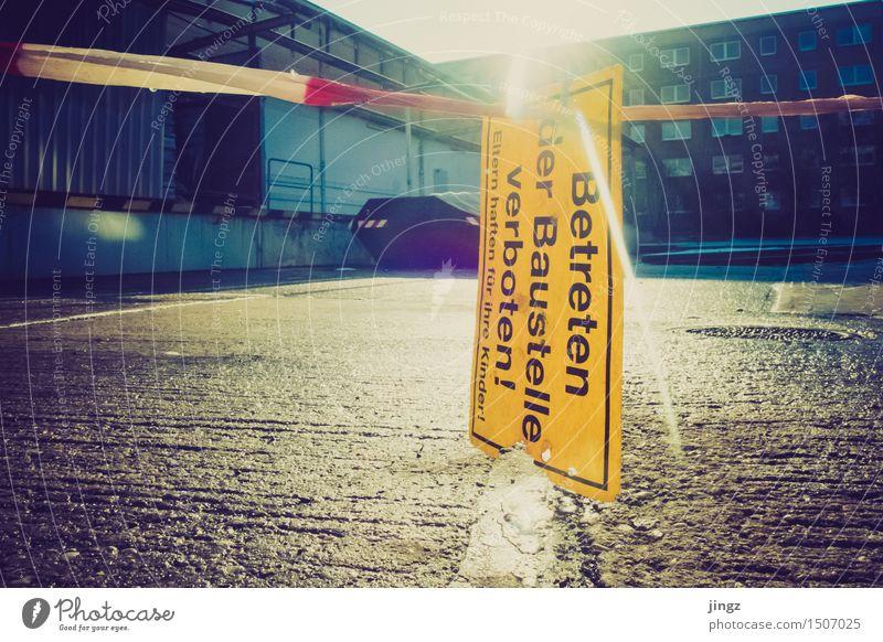 Betreten verboten Platz Hinweisschild Warnschild bauen leuchten warten bedrohlich nah Stadt gelb gold Sicherheit Schutz achtsam Wachsamkeit gewissenhaft