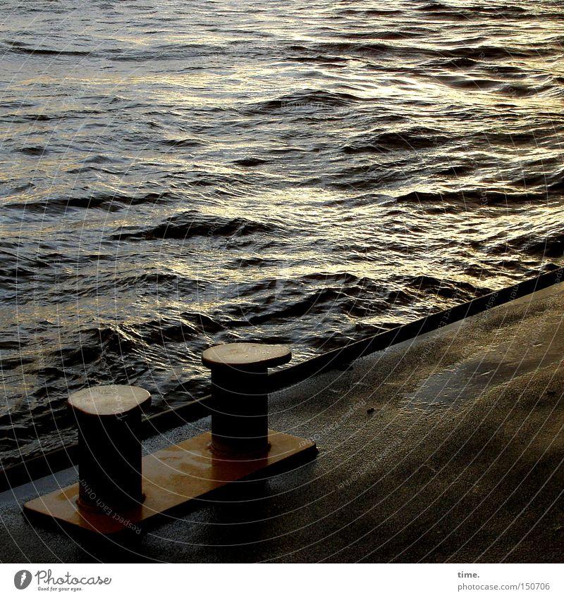 Letztes Licht an einem kalten Tag Wasser grau Traurigkeit Wellen nass trist Fluss Asphalt Hafen Schifffahrt Anlegestelle Eisen Elbe Poller