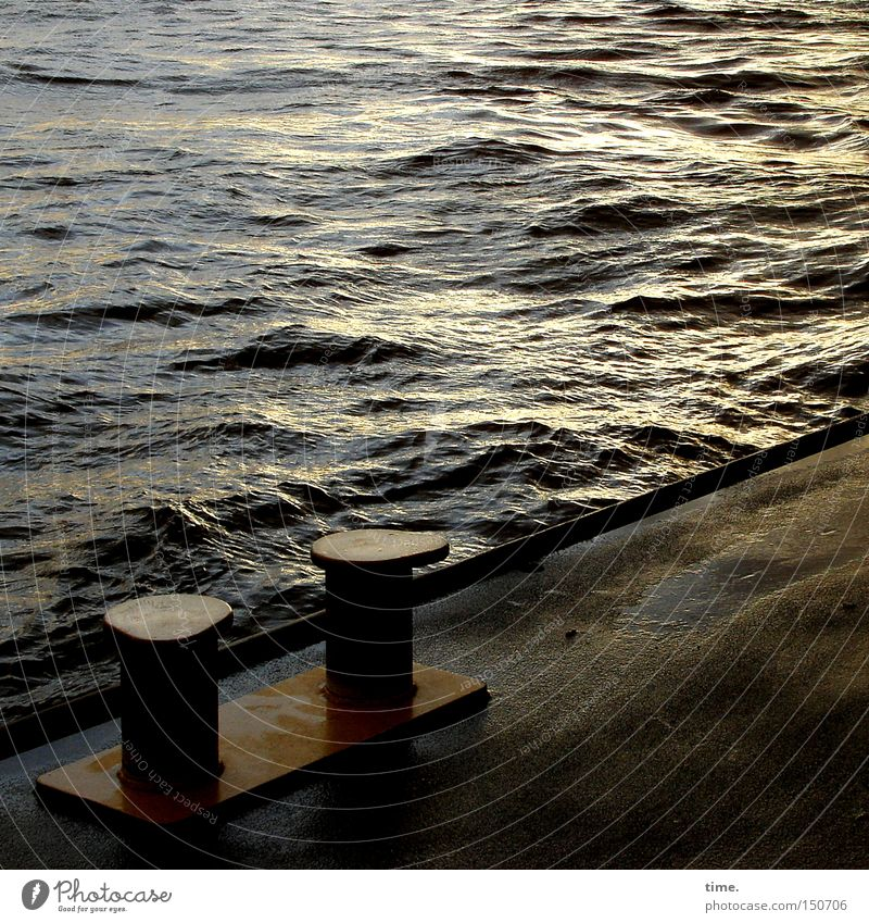 Letztes Licht an einem kalten Tag Wellen Wasser Fluss Hafen Schifffahrt Traurigkeit Anlegestelle Poller Asphalt Eisen Elbe Schwimmponton Abend