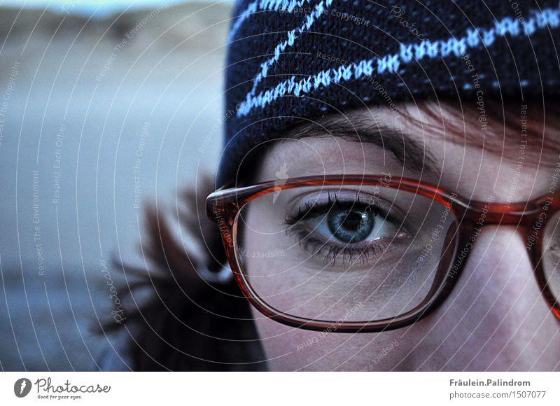 Winterdurchblick. feminin Auge 1 Mensch 18-30 Jahre Jugendliche Erwachsene Brille Mütze brünett rothaarig Blick authentisch kalt stark nachdenklich Kontaktlinse