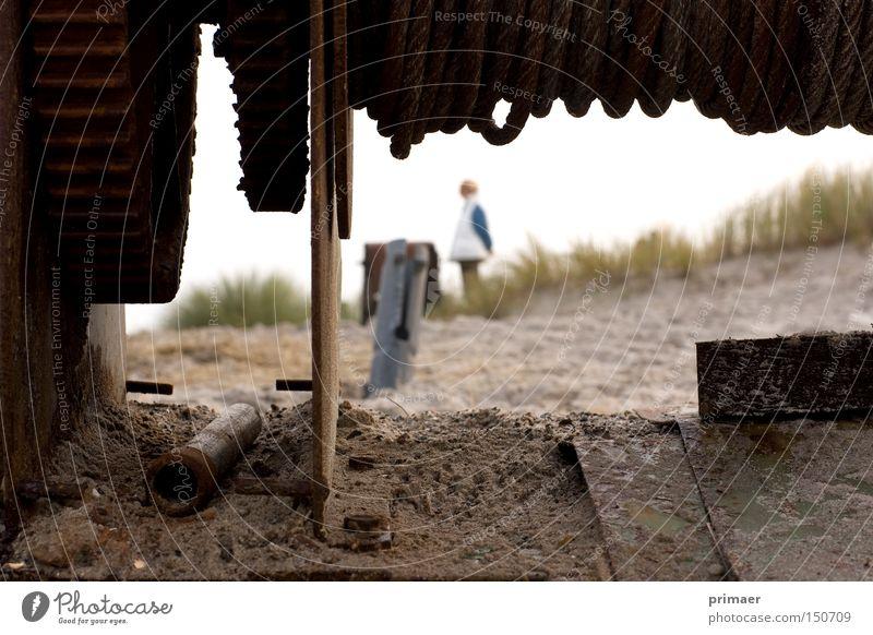 Maschinenmensch Natur alt Strand Tod Herbst Sand Erde Vergänglichkeit Trauer Sehnsucht Stranddüne Vergangenheit Düne Maschine vergessen Monochrom