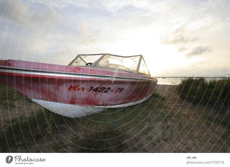 Motorboot Sportboot Wasserfahrzeug gestrandet Schiffswrack Sonnenuntergang Endstation alt Chrom Schifffahrt Jacht wegbeschreibung