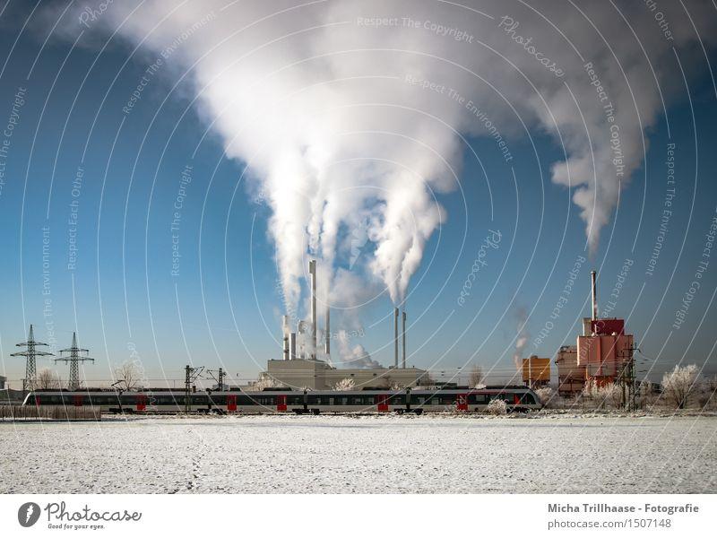 Volldampf Himmel blau weiß rot Wolken Winter Umwelt Architektur Schnee Arbeit & Erwerbstätigkeit Energiewirtschaft Verkehr Industrie Eisenbahn Schönes Wetter