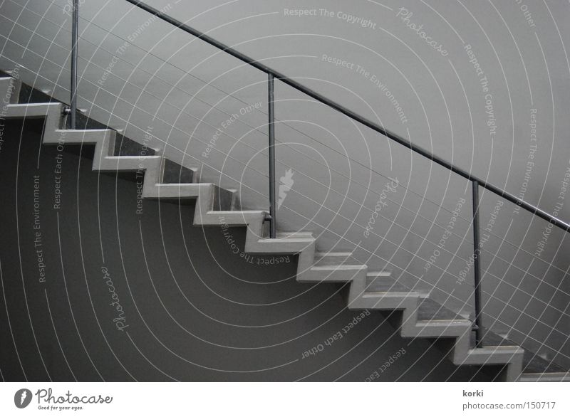 Treppe grau Beton Perspektive aufwärts diagonal Geländer abwärts Treppengeländer