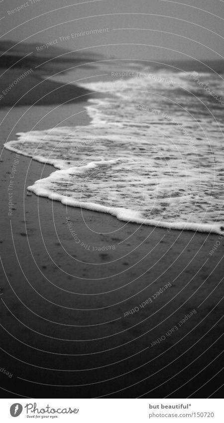 loneliness° Einsamkeit Trauer Sehnsucht Strand Meer Sylt grau dunkel trüb Hoffnung schön Küste Seele Schwarzweißfoto Traurigkeit