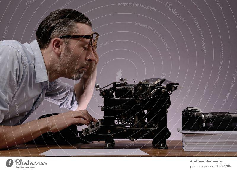 Büroarbeit Mann alt weiß Erwachsene lustig Glück Business Denken Textfreiraum retro sitzen Papier schreiben Fotokamera Schreibtisch reif