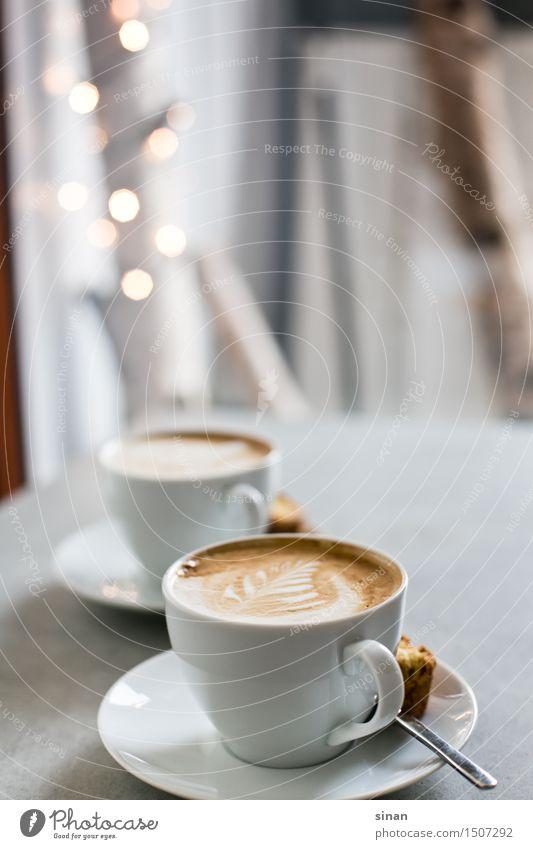 Cappuccinos Kaffee Tasse Milch milchschaum latte art latteart Löffel Keks Licht blur genießen Koffein Tisch grau Beton Gegenlicht braun weiß Feder Frühstück