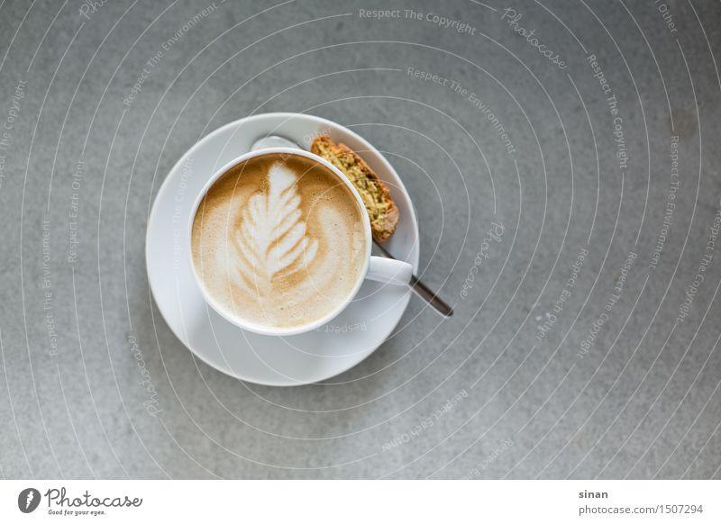 Cappuccino mit Latte Art Lebensmittel Häusliches Leben Feder Tisch genießen Getränk Beton Italien Kaffee Wohlgefühl harmonisch Tasse Backwaren Espresso