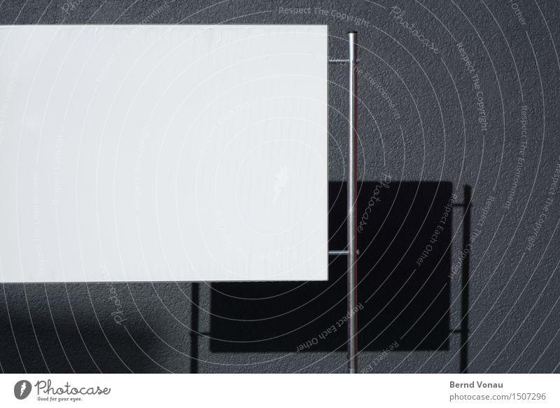 textfreiraum mitte links Stadt Haus Mauer Wand Fassade grau schwarz silber weiß Metall Röhren Schilder & Markierungen Werbung Gestell Putzfassade Farbfoto
