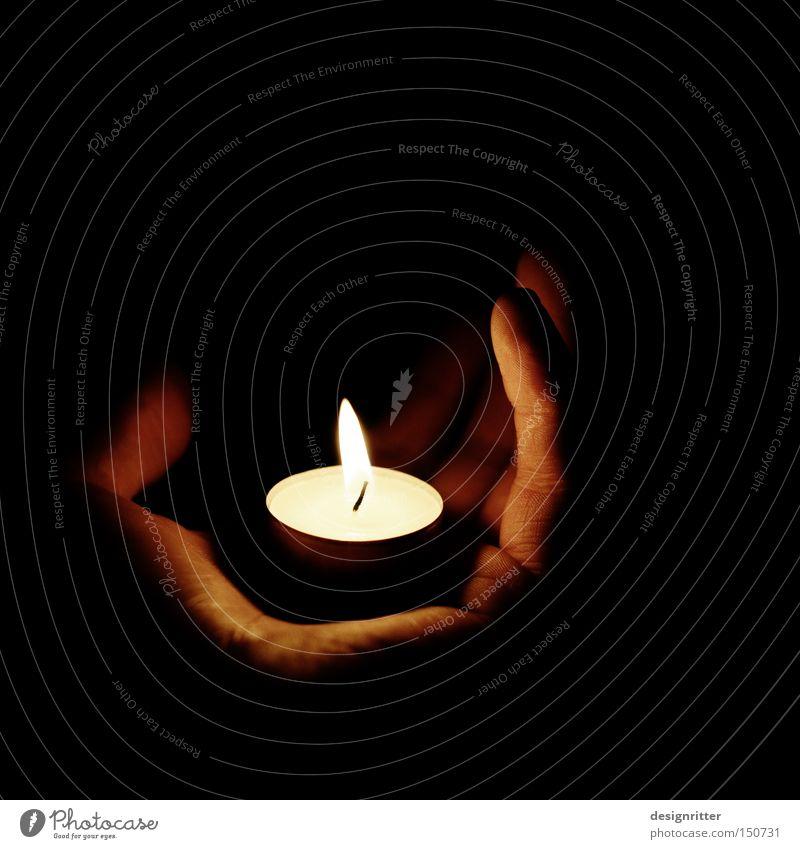 He´s got the whole world … Weihnachten & Advent Hand Lampe dunkel Licht Mensch hell Beleuchtung Finger Kerze Schutz festhalten Halt tragen Teelicht