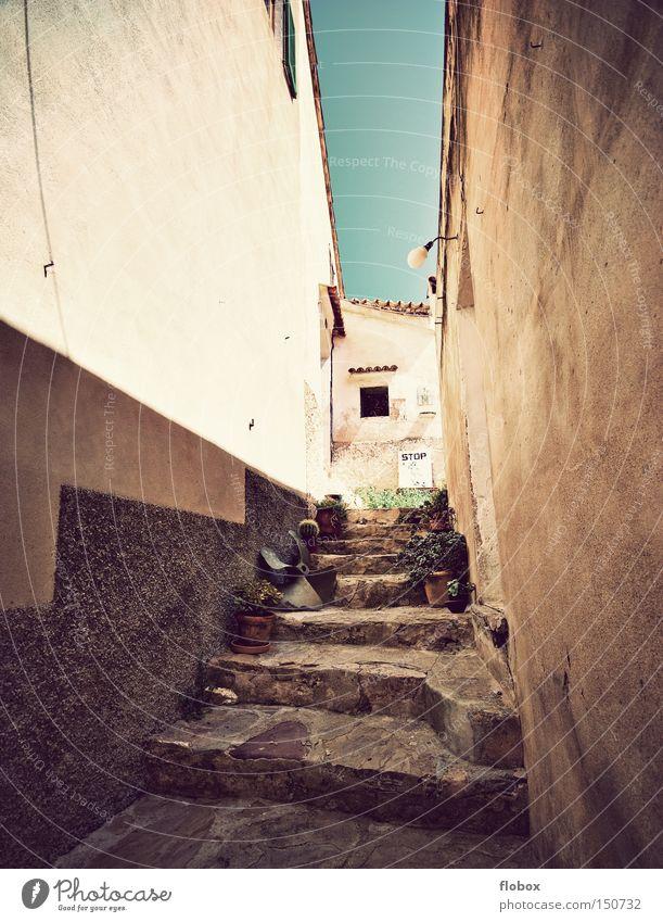 Sommerwärme Mallorca Spanien Dorf Hinterhof Gasse Siesta Haus Ferienhaus Ferien & Urlaub & Reisen Treppe Tourismus Stadt historisch Barcelona