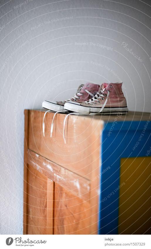 Stillleben Lifestyle Freizeit & Hobby Häusliches Leben Wohnung holzschrank Schrank Mode Schuhe Turnschuh alt rosa stehen oben Chucks Farbfoto Innenaufnahme