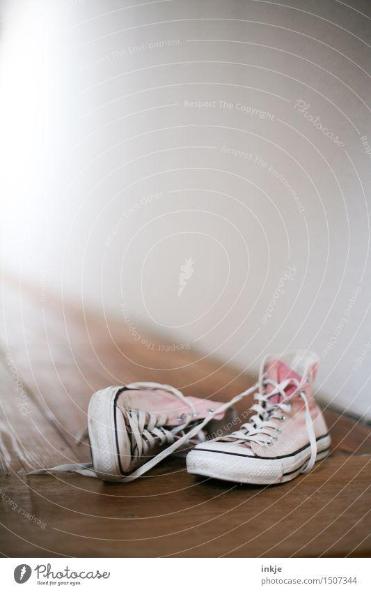 rumliegen Lifestyle Stil Freizeit & Hobby Turnschuh Coolness trendy Chucks Flur rosa Farbfoto Innenaufnahme Nahaufnahme Menschenleer Textfreiraum oben