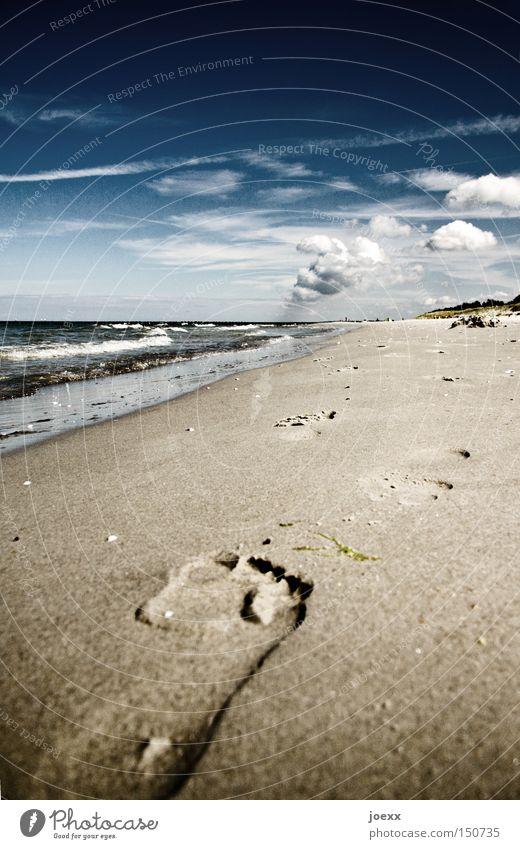 Barfußmädchen Wasser Himmel Meer Sommer Strand Ferien & Urlaub & Reisen ruhig Wolken Erholung See Kraft Wellen Küste Kraft Spaziergang Spuren