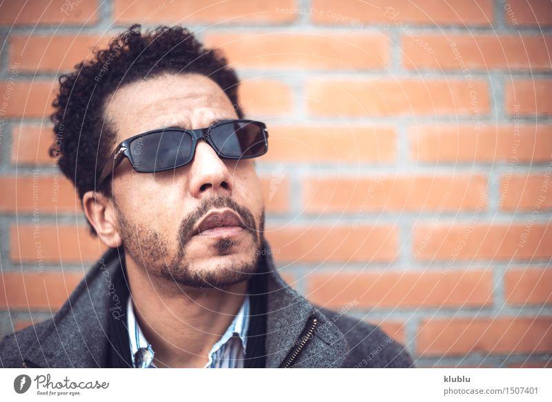 attraktiver Mulattenmann in der städtischen Umwelt Mann weiß Sonne Erotik Freude schwarz Erwachsene Stil Lifestyle Mode modern Erfolg niedlich Coolness gut heiß