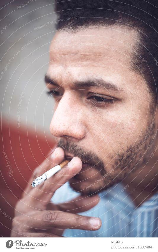 Überzeugter attraktiver Mulattemann, der eine Zigarrette raucht Mann weiß Erotik schwarz Erwachsene Stil Lifestyle Mode modern Erfolg niedlich Coolness gut heiß