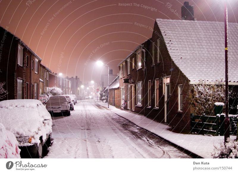 Wintertraum Langzeitbelichtung Schnee Eis Frost Stadt kalt Stimmung Zentralperspektive Nachtaufnahme Menschenleer Straßenbeleuchtung Laternenpfahl Schneedecke