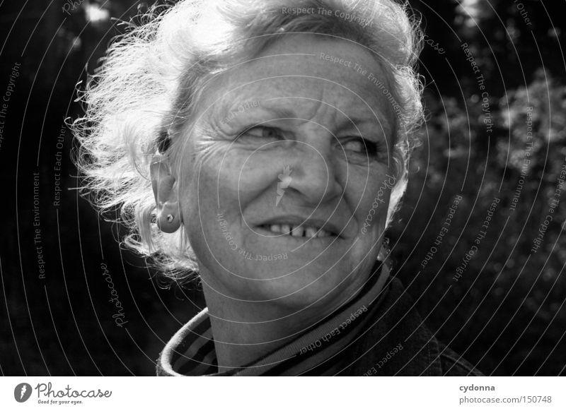 Auf der Sonnenseite Mensch Frau Charakter Haare & Frisuren Licht Freude Wohlgefühl Porträt Gesicht Hautfalten Weisheit schön ästhetisch Leben Gefühle natürlich