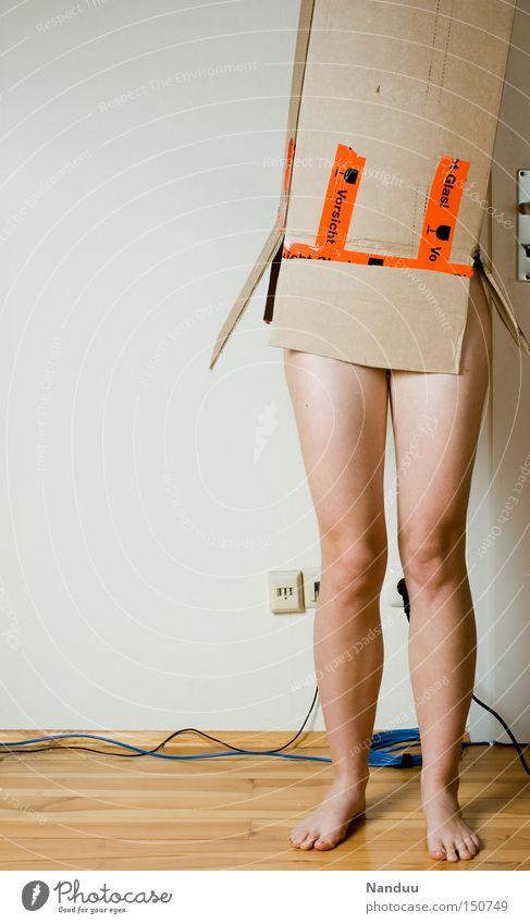 Die Lieferung ist da! Frau Mensch Wand nackt Beine Wohnung Geschenk stehen Güterverkehr & Logistik Umzug (Wohnungswechsel) Papier Möbel Wohnzimmer Karton Verpackung Kiste