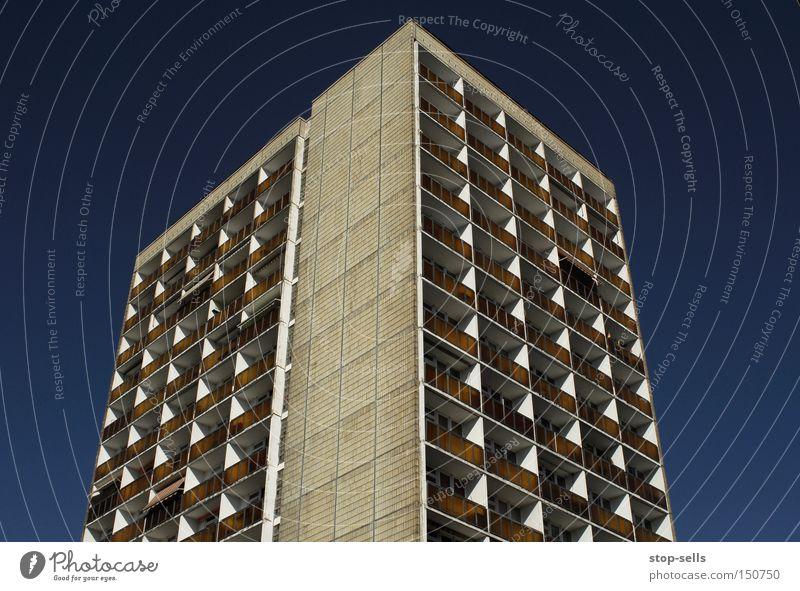 Urbaner Klassiker Plattenbau Beton Stahl Himmel blau Fenster Balkon Koloss Weltall Stadt kalt grau Richtung Hochaus Pfeil