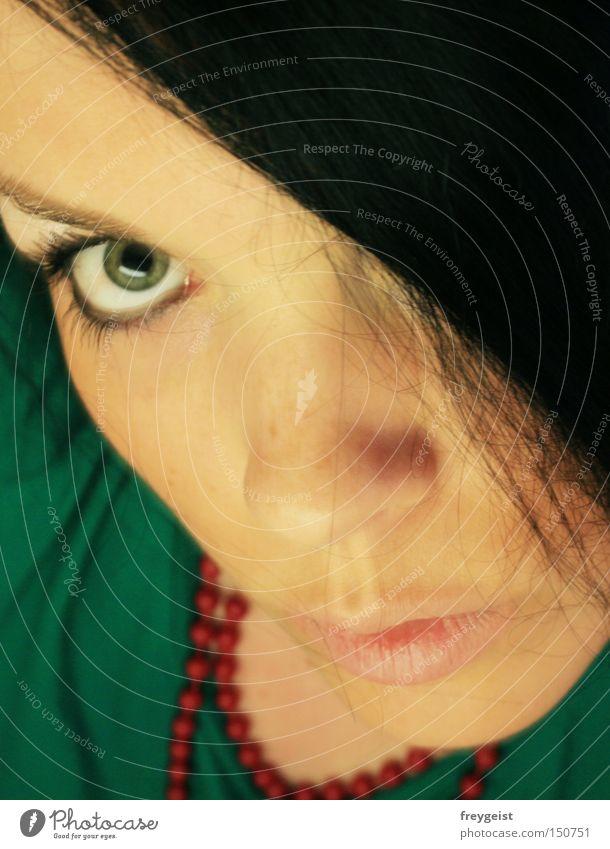 Direkt Frau grün rot Gesicht Auge Haare & Frisuren Mund T-Shirt nah Lippen Kette interessant