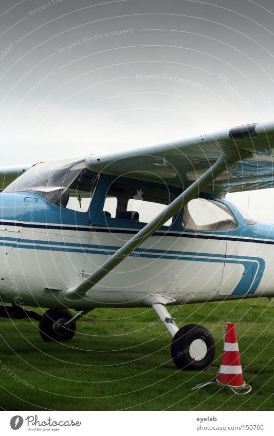 Fliegzeug 2 Himmel Freizeit & Hobby fliegen Flugzeug Luftverkehr Industrie Technik & Technologie Rasen Tragfläche Flughafen Rad Maschine Landebahn Führerhaus Sportflugzeug