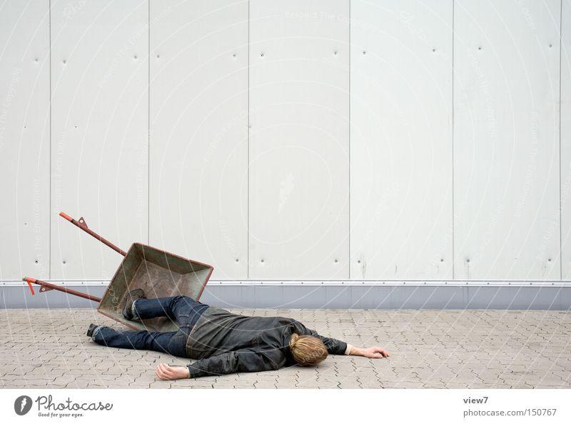 Tod durch Arbeit. Mensch Mann Erwachsene Stein Metall Linie Fassade Arbeiter Boden Bodenbelag Industrie Streifen Baustelle Trauer einfach