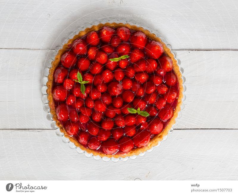 Erdbeerkuchen mit Minze auf weißem Holz Kuchen Dessert Erdbeeren Backwaren klassisch Tortenguss Biskuit Holztisch Landhaus rustikal Vogelperspektive
