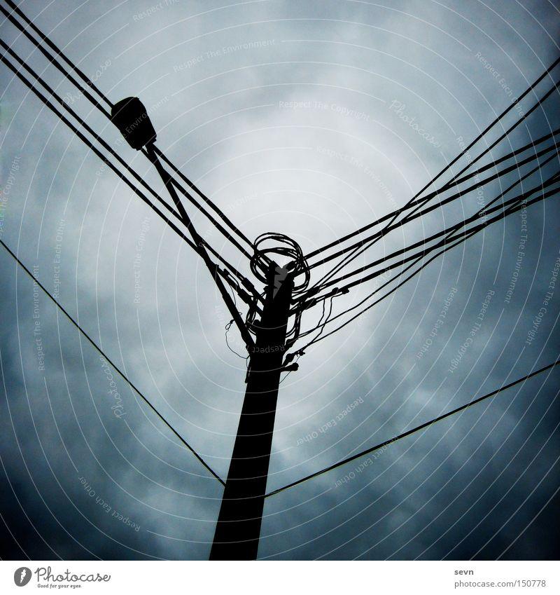 Strommast Elektrizität Kabel Verbindung Dämmerung Wolken dunkel Gewitter Sturm diagonal Detailaufnahme Angst Panik Australien Neigung